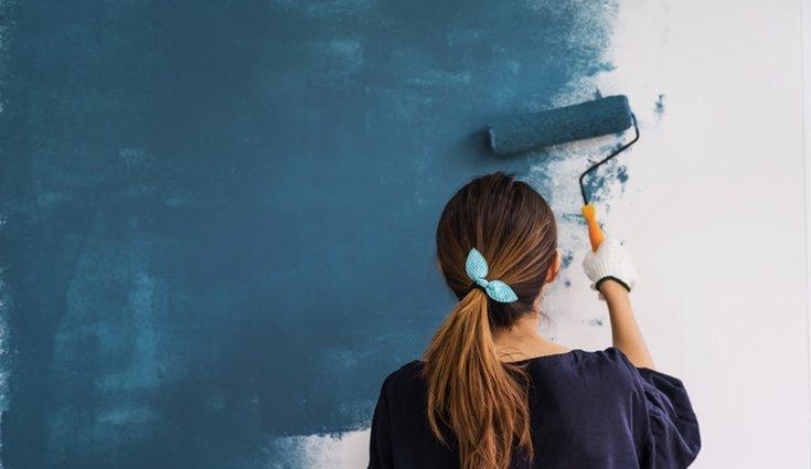 Pared pintada en color azul oscuro