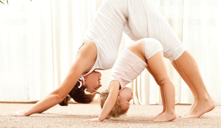 Busca ejercicios que también puedan hacer los más pequeños de la casa