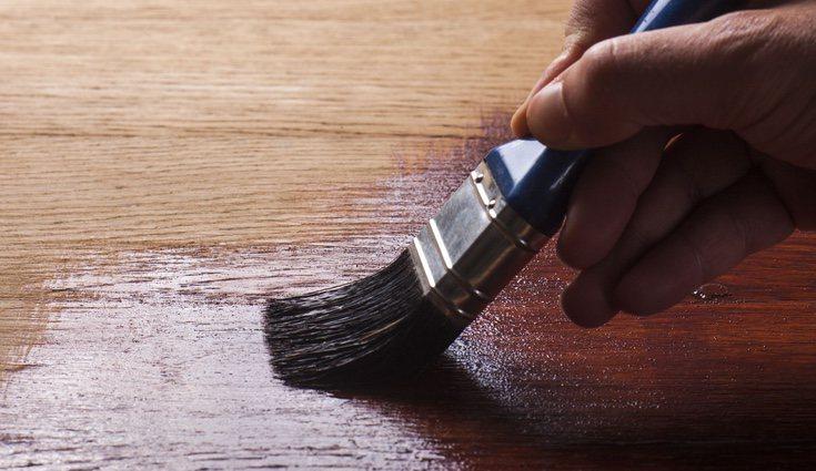 Cuando ya hayas finalizado la restauración, concluye aplicando barniz