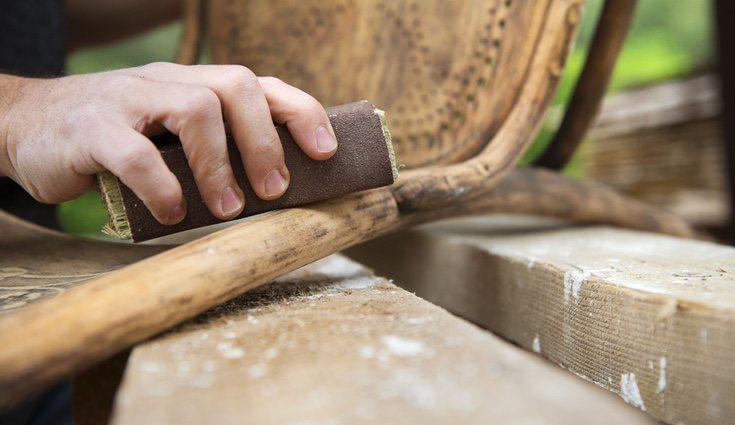 Lija la madera para dejarla casi virgen
