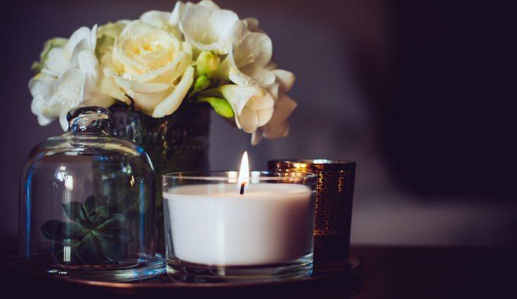 Dentro de los múltiples usos de los tarros, emplearlos como portavelas enriquece la iluminación del hogar