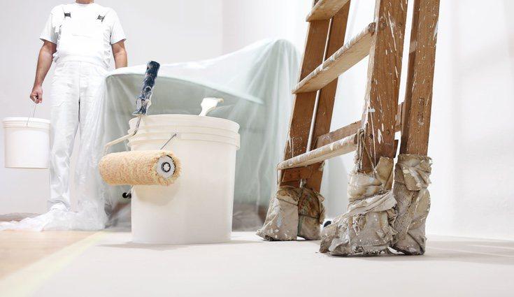 La mayoría de paredes suelen estar pintadas con acrílicos, por lo que suele ser más recomendable cubrir las zonas