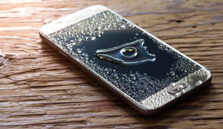 Que nuestro móvil se moje es un incidente bastante común, pero no siempre lo podemos arreglar en casa
