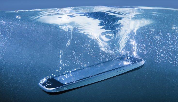 Por descabellado que parezca, si el móvil se mojó en agua salada debemos introducirlo en agua dulce antes de probar el truco