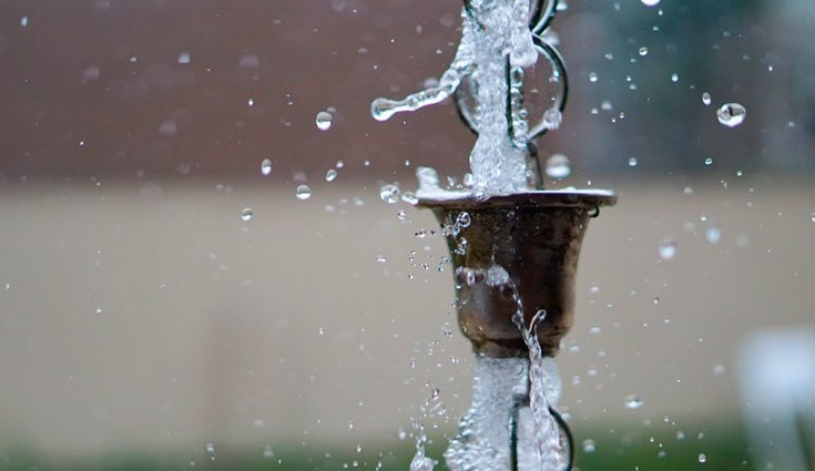 Las cadenas de lluvia se utilizan desde hace siglos en las casas japonesas para recoger el agua de lluvia