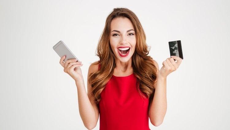 Se pueden realizar pagos a través de apps o con pegatinas que se insertan detrás de tu smartphone