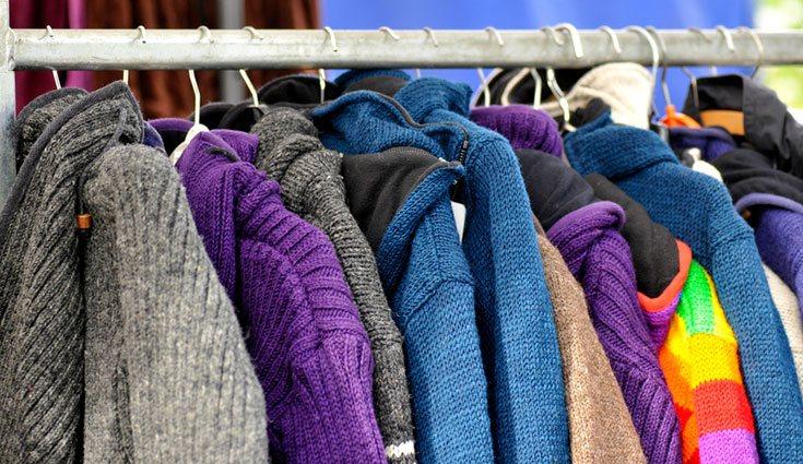 Puedes donar la ropa o venderla en tiendas de segunda mano aprovechando el auge del estilo 'vintage'