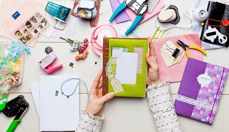 Pueden utilizarse materiales de todo tipo para hacer scrapbooking. La imaginación y la creatividad son claves