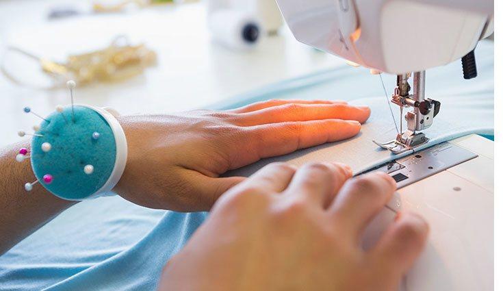 Es recomendable utilizar una máquina de coser para ir más rápido y que el acabado sea más limpio
