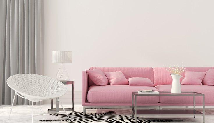 Se puede incorporar el rosa al salón a través de un bonito sofá