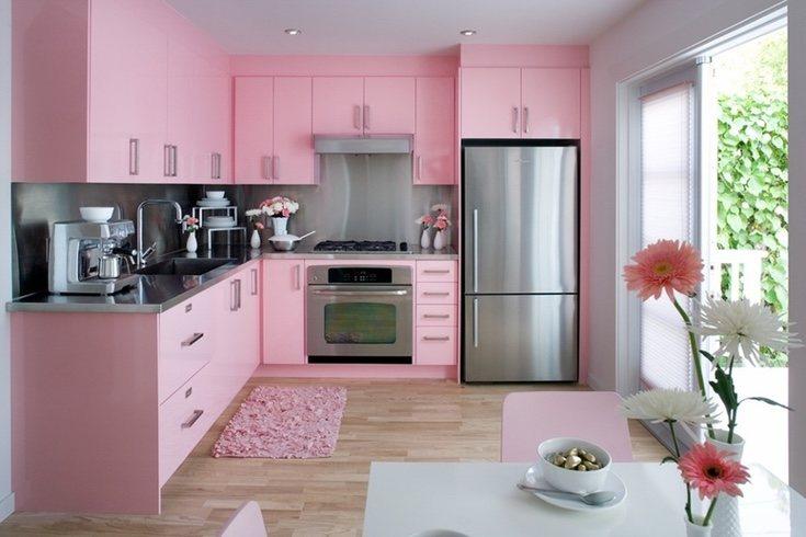 Puedes optar por el rosa fucsia en algunos muebles de la cocina