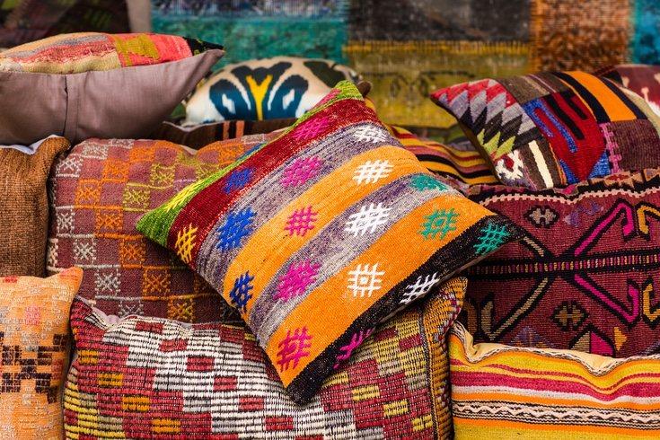 Incorpora cojines para aportar color a tu hogar