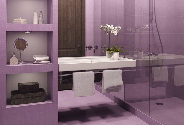En los baños, el morado consigue dar un toque de frescor