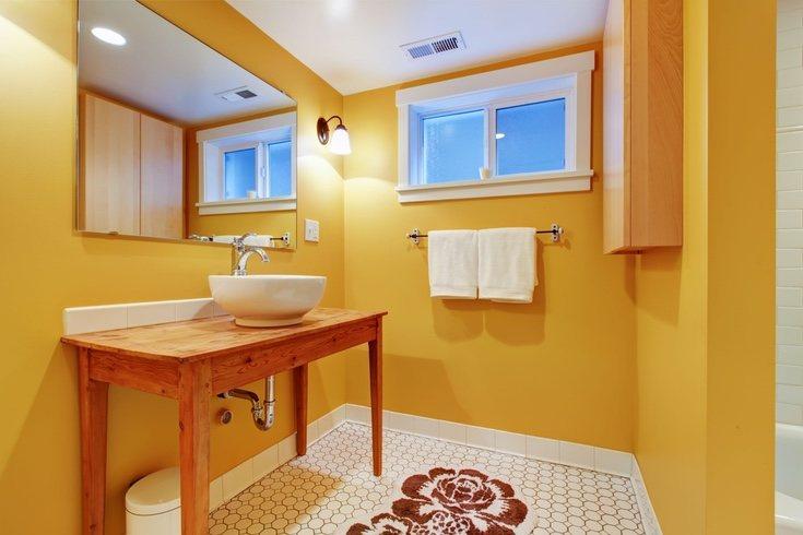 El amarillo puede usarse en decoración incluse cortinas de baño y toallas de este tono