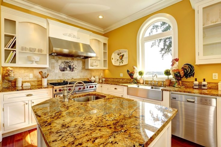 Aunque no muy empleado, el amarillo puede resaltar incluso en muebles de la cocina