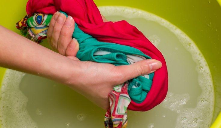 Es muy importante que no retuerces las prendas mientras las lavas a mano