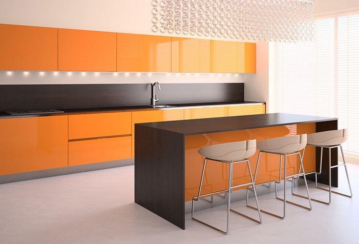 Suaviza la intensidad del naranja con otros muebles en colores neutros