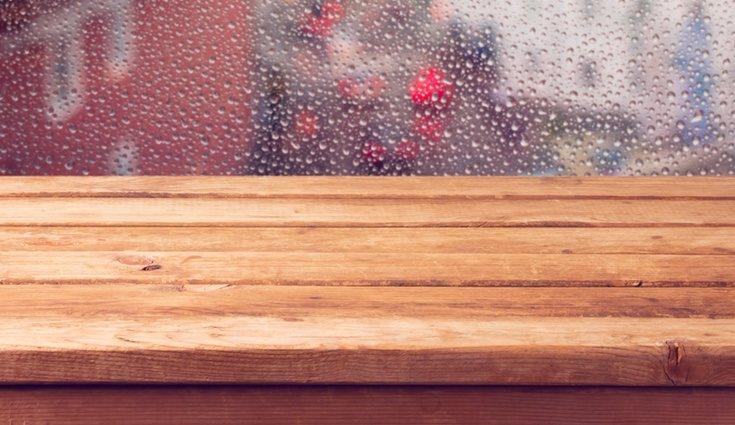 Si la madera está hinchada por la humedad lo más fácil es cambiar la pieza