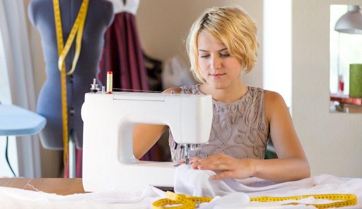 Cada vez más gente recurre a la máquina de coser, que aporta una gran comodidad