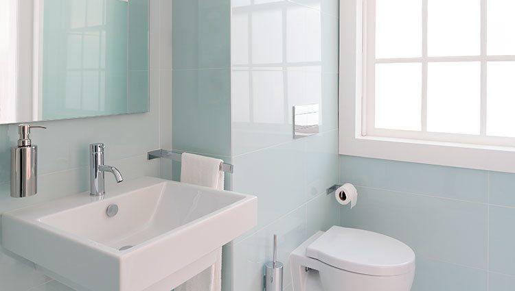 Un baño con mucha luz natural siempre parecerá más grande