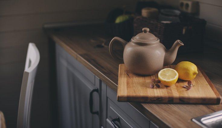 Utiliza una tabla de madera para separar los elementos de la cocina