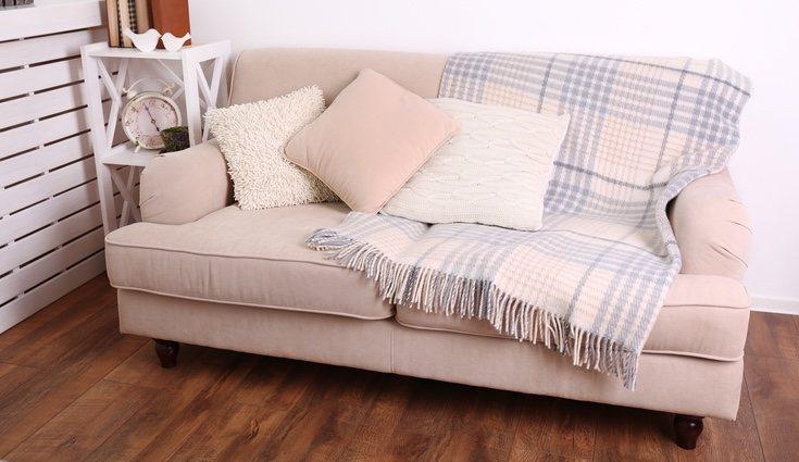 Puedes cambiar la funda de tu sofá para que pareca diferente o añadirle cojines nuevos