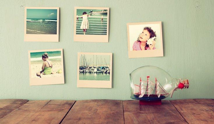 Llena una pared de fotos o de otros recuerdos para darle un estilo original y moderno