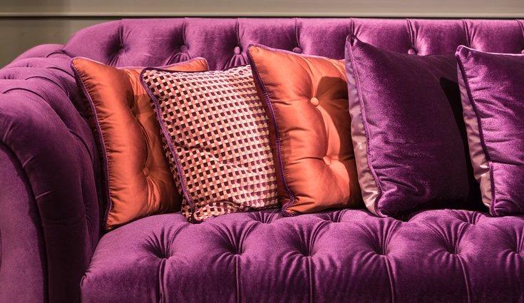 Cualquier sofá o sillón es bueno para añadir terciopelo