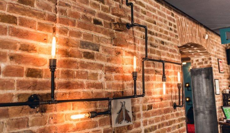 Es una buena idea optar por utilizar cañerías oxidadas para las paredes de nuestro hogar