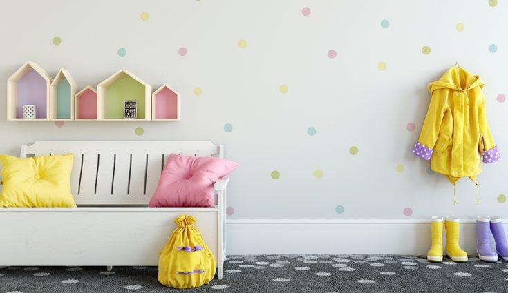 También se puede dar un toque distintos al cuarto con un papel pintado