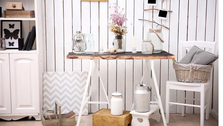 Los tablones de madera y las cestas de mimbre son ideales para este tipo de estilo
