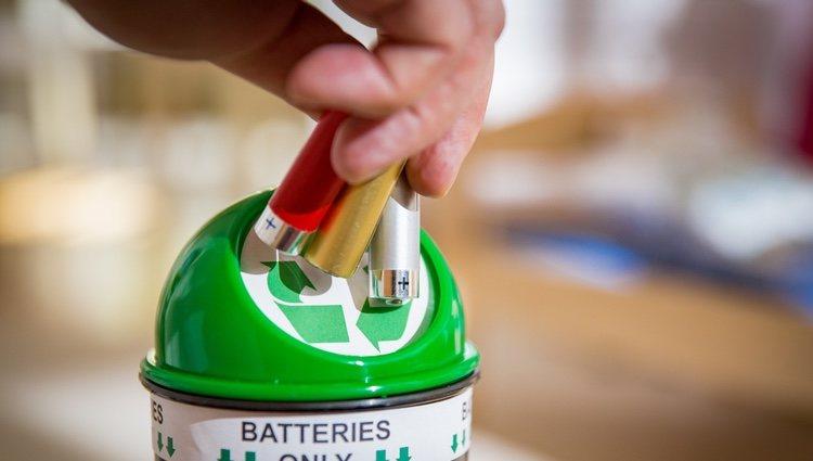 Guardar las pilas usadas en recipientes de plástico es una gran idea dada su composición