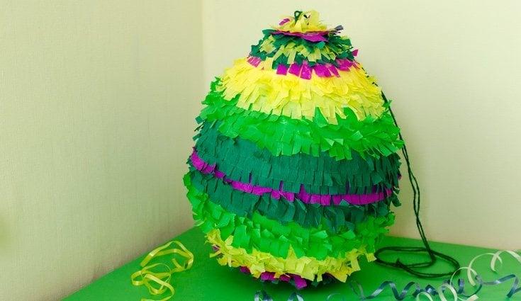 Puedes hacer tu propia esfera con un globo para hacer una piñata redonda