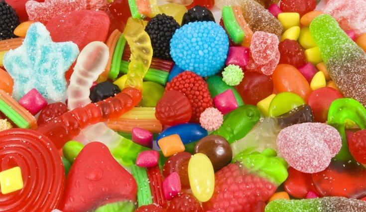 Añadir los dulces es el paso más divertido de hacer una piñata
