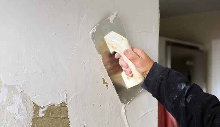 Para que el azulejo se quede bien sellado y fijado debes alisar primero la pared