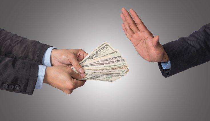 Aceptar dinero de otra persona puede ser una de las tareas más incómodas para las personas