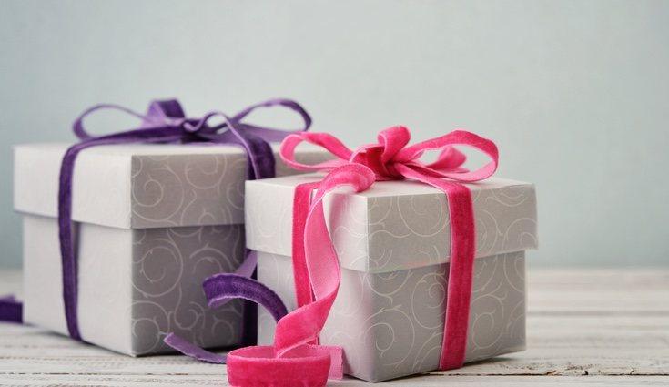 Hacer un regalo puede hacer que la otra persona acepte el dinero de mejor agrado