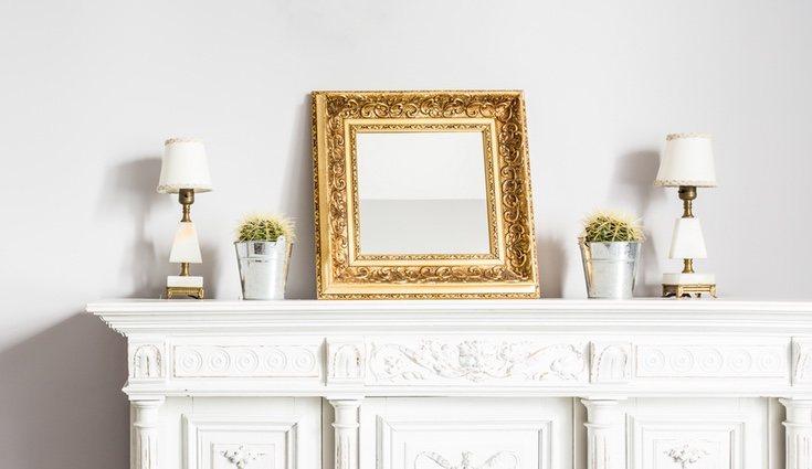 Puedes pintar un marco de color dorado y colocarlo sobre un fondo claro