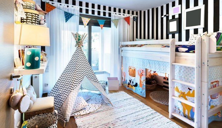 Debajo de una cama en alto se puede crear un espacio de juegos o de trabajo