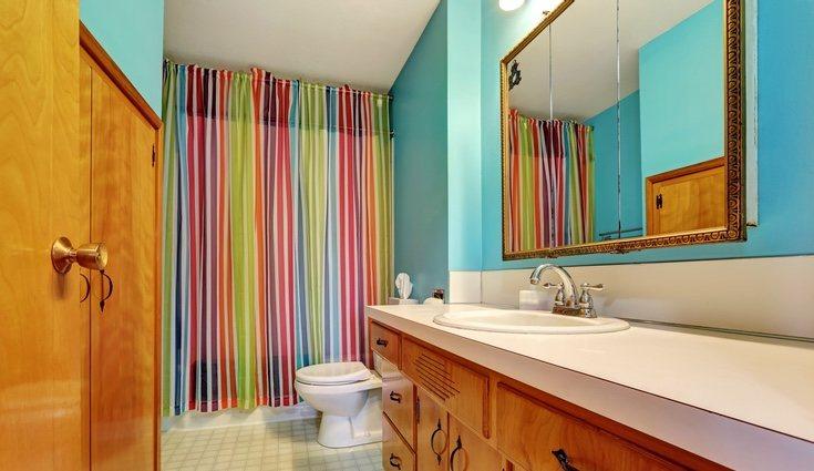 Unas cortina de ducha original puede cambiar el look por completo del cuarto de baño