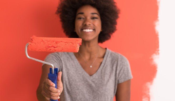 Utilizar elementos de decoración que conjunten con las paredes es una buena idea para crear armonía