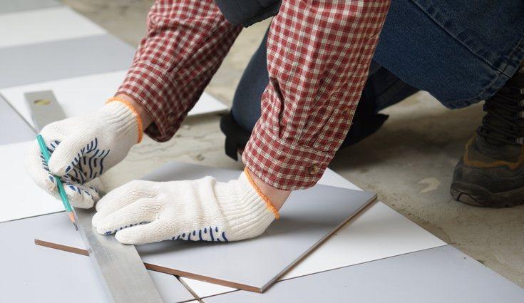 Echa cemento tanto en la pared o suelo como en la baldosa o azulejo