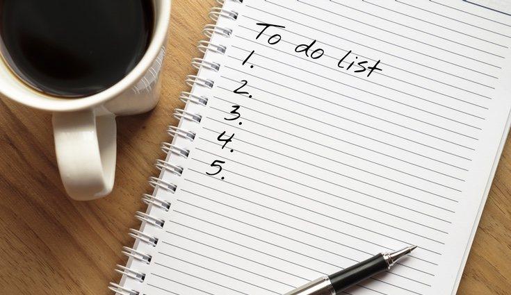 Hacer una lista y organizar los conjuntos de ropa pueden ser de ayuda para no llevarte más de lo necesario