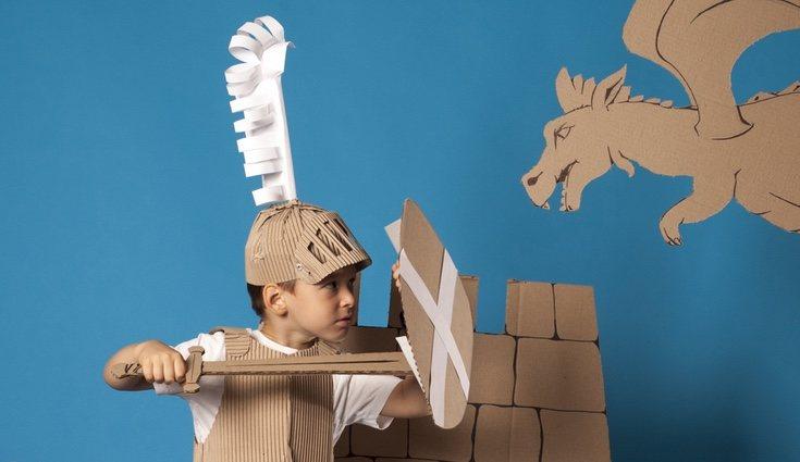 Una de las mejores formas de divertirse es hacer una espada de cartón y dejar que vuele la imaginación