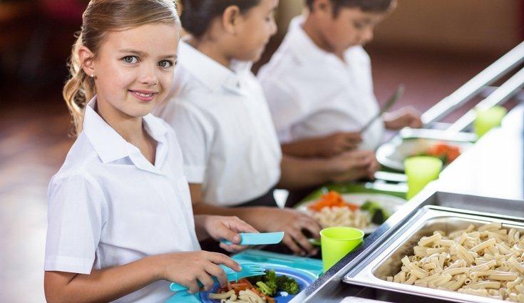 Los horarios laborales de los padres hacen que los niños tengan que comer en el comedor escolar