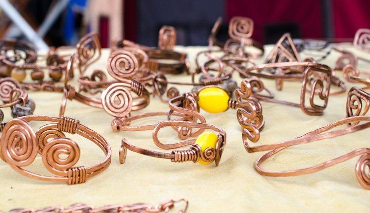 Hay muchos tipos pulseras y anillos de alambre, tan solo debemos encontrar el que más nos guste