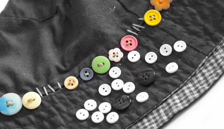 Coser complementos sobre tela es una de las últimas tendencias que ahora podrás revolucionar con los botones