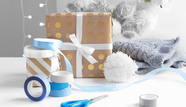 Los pompones de lana son ideales para decorar el envoltorio de un regalo