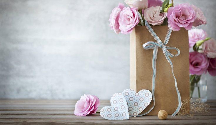 Utiliza flores para decorar el envoltorio de tus regalos