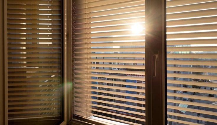 Baja las persianas y mantén la casa cerrada para que no entre el calor de fuera